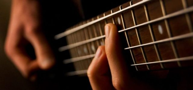 Elgitarrer och basar för ett klassiskt pop- eller rockband